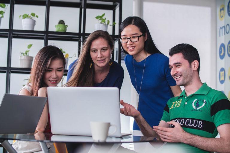 équipe de professionnels devant un écran d'ordinateur
