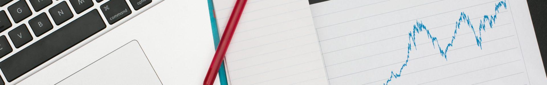 Des documents avec un ordinateur et un stylo